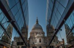 St Paul Kathedraal die door moderne glasgebouwen kijken stock afbeeldingen