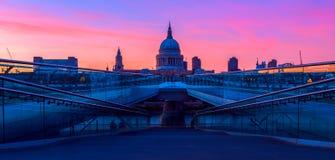 St Paul Kathedraal en de Brug van het Millennium in Londen Stock Foto's