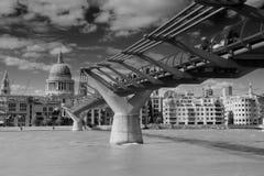 St Paul Kathedraal en de Voetgangersbrug van het Millennium van Londen, het UK Stock Fotografie