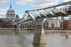 St. Paul Kathedraal en Millenniumbrug in Londen Stock Foto