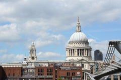 St Paul Kathedraal en Stad van de School van Londen van Zuidenbedelaars die wordt gezien Stock Foto