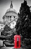 St Paul Kathedraalkoepel en rode telefooncel Londen, het UK stock fotografie