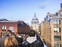 St Paul Kathedraalkoepel van de Millenniumbrug wordt bekeken, Londen, op een zonnige de wintermiddag die Royalty-vrije Stock Foto's