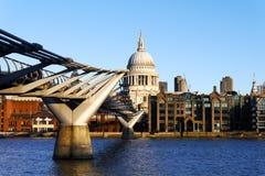 St Paul Kathedrale über der Jahrtausend-Brücke stockfotos