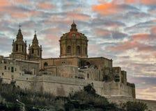St Paul Kathedrale und Stadtmauern der verstärkten Stadt Mdina Rabat auf der Mittelmeerinsel von Malta mit epischem Sonnenunterga stockfotografie