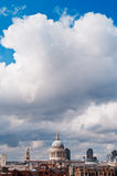 St Paul Kathedrale und Wolken Stockbilder