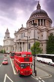 St. Paul's Cathedral and double-deckers Stock Photography