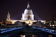 St-Paul ` s cathedrale en millenniumbrug tijdens avond Royalty-vrije Stock Foto