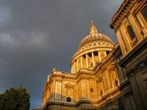 St Paul & x27; s-domkyrka i London på solnedgången, med mörka moln Royaltyfri Bild