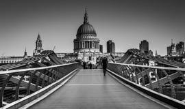 St Paul s domkyrka och milleniumbro i London Royaltyfria Bilder