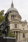 St Paul&-x27; s katedra z strażak statuą w przedpolu obrazy stock