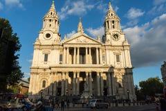 St Paul&-x27; s Katedralny Londyński frontowy widok Obraz Stock