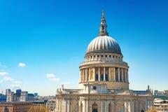 St Paul ` s Kathedraal in Londen op een heldere zonnige dag Stock Afbeeldingen