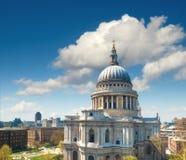 St Paul ` s Kathedraal in Londen op een heldere zonnige dag Stock Fotografie