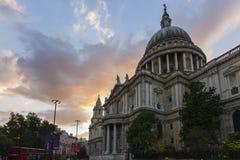 St- Paul` s Kathedrale an der Dämmerung Stockbilder