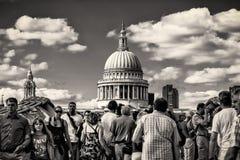 St- Paul` s Kathedrale mit Touristen auf der Jahrtausend-Brücke am 11. August 2013 genommen Lizenzfreies Stockbild