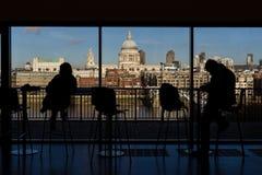 St- Paul` s Kathedrale und das Jahrtausend überbrücken genommen aus Tate Modern Museum in London heraus, lizenzfreies stockbild