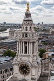 Den St Paul domkyrkan tar tid på står hög London England Fotografering för Bildbyråer