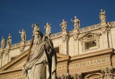 St Paul u. die Statuen auf der Balustrade von St. Peters Basilica Stockfotos