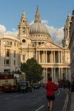 St Paul ' Vorderansicht s-Kathedralen-Londons von Ludgate-Hügel Stockfotos