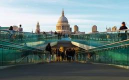 St Paul ' s-domkyrka och milleniumbron i London Arkivfoto