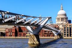 St Paul ' s-domkyrka och milleniumbron i London Royaltyfri Bild