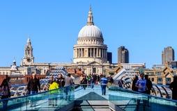 St Paul ' s-domkyrka och milleniumbron i London Royaltyfri Foto