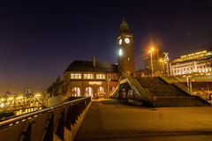 St Pauli i Hamburg, Tyskland, på natten Arkivbild