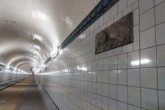 St Pauli Old Elbe Tunnel con el ornamento esmaltado de los pescados de la terracota después de la restauración en Hamburgo, Alema fotografía de archivo