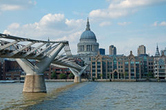 St Pauls大教堂和千年桥梁 库存图片
