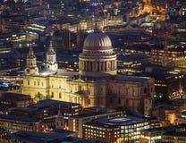 St Pauls大教堂在伦敦在晚上 库存照片