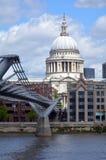 St Pauls的大教堂和千年桥梁,伦敦英国 免版税库存图片
