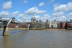 St Pauls的大教堂和千年桥梁,伦敦英国 库存照片