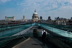 St Pauls大教堂和千年桥梁 免版税库存图片
