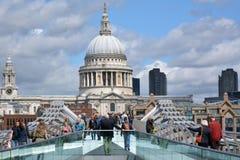 St Pauls Cathedral als mening van Millenniumbrug Royalty-vrije Stock Afbeelding