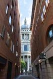 St. Pauls Cathedral angesehen durch Queens-Kopf-Durchgang Stockfotografie