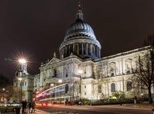 St. Pauls Cathedral bis zum Nacht in London Stockbild