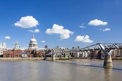 St Pauls Cathedral e ponte di millennio fotografia stock libera da diritti