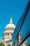 St Pauls Cathedral e riflessioni nel giorno a Londra Immagine Stock