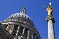 St. Pauls Cathedral en Standbeeld van Saint Paul in Londen Stock Afbeeldingen