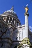 St. Pauls Cathedral en Standbeeld van Saint Paul in Londen Stock Fotografie