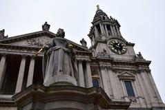 St Pauls Cathedral Fassadennahaufnahme mit Statue der Königin Anne und Turm mit goldener Uhr London, Vereinigtes Königreich, Weih stockbilder