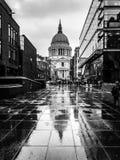 St Pauls Cathedral Heavy Rain Londres foto de stock royalty free
