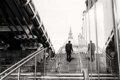 St Pauls Cathedral Man Walking Steps stock afbeeldingen