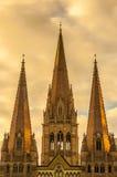 St. Pauls Cathedral in Melbourne auf einem goldenen Glühen stockfoto