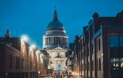 St. Pauls Cathedral nachts während der Weihnachtsjahreszeit Stockfoto