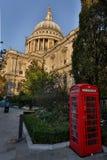 St Pauls Cathedral och röd telefonask i London, UK Royaltyfri Fotografi