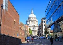 St Pauls Cathedral på 365 fot som 111 M var hög, var det den mest högväxta byggnaden i London från 1710 till 1967 Royaltyfria Bilder