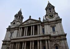 St Pauls Cathedral Primo piano della facciata con le torri, l'orologio e le colonne Londra, Regno Unito immagini stock