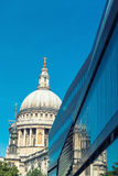 St. Pauls Cathedral und Reflexionen am Tag in London Stockbild